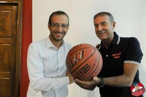 Coach Maurizio Surico regala pallone firmato da tutti i giocatori del Loreto basket al sindaco Matteo Ricci (foto Danilo Billi)