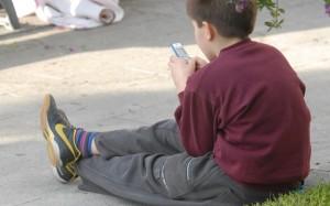 Ragazzino con cellulare (foto tratta dal web)