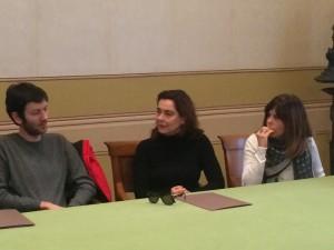 La Guerritore, tra il produttore e Crespini, durante la presentazione
