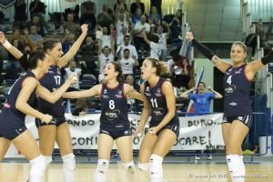 Volley Pesaro esulta (Bordignon ha il numero 11)