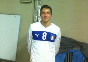 Il pesarese classe 1997 Stefano Rossoni con la maglia della Nazionale under 18 della LND
