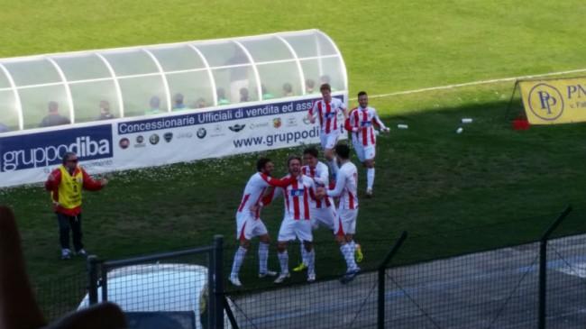 De Iulis festeggia il gol sotto la tribuna