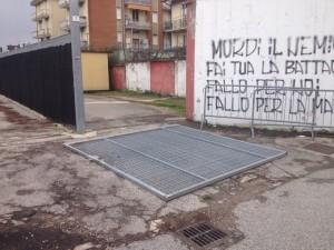 Il cancello dello stadio Benelli caduto sotto la furia del vento