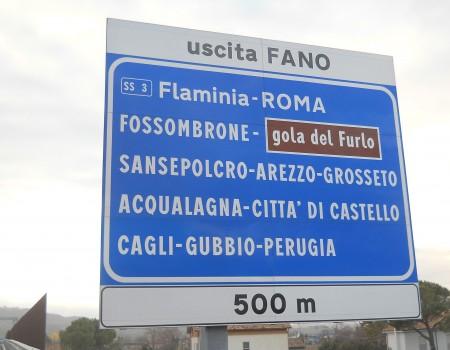 Il cartello all'uscita di Fano