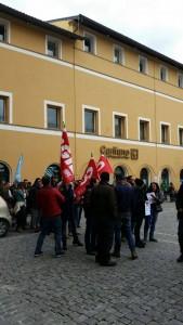 La manifestazione davanti alla Carifano