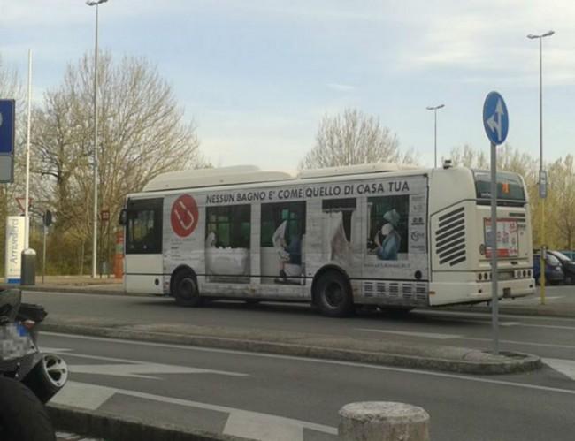 """L'autobus """"bagno"""" che gira per Pesaro in questi giorni"""