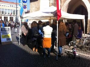 Il gazebo di Fratelli d'Italia-Alleanza nazionale in via Branca per raccogliere firme per legittima difesa