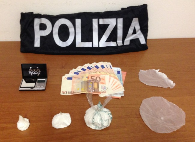 Droga, soldi e materiale sequestrato dalla polizia