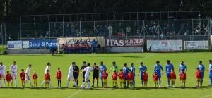 Presentazione delle squadre con i bambini della Scuola Calcio Vismara
