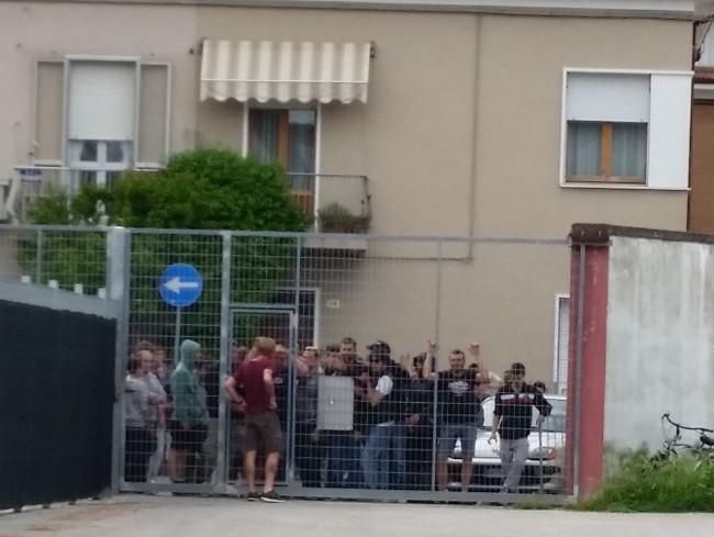 Tifosi della Vis a fine partita al cancello del piazzale