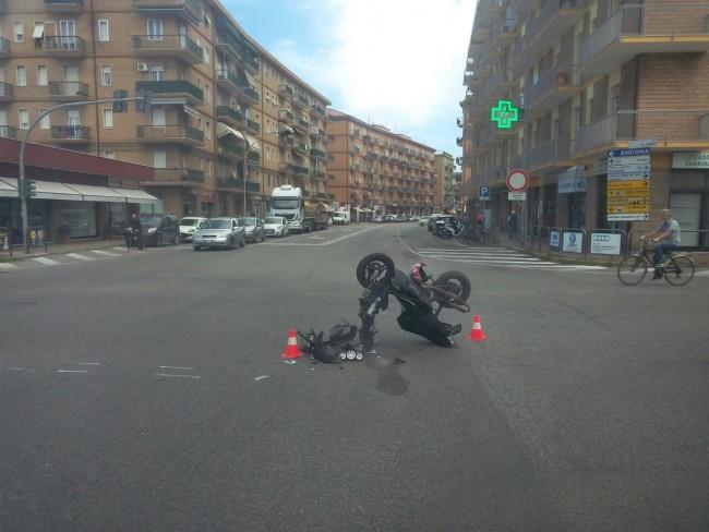 Lo scooter finito a terra in via Giolitti