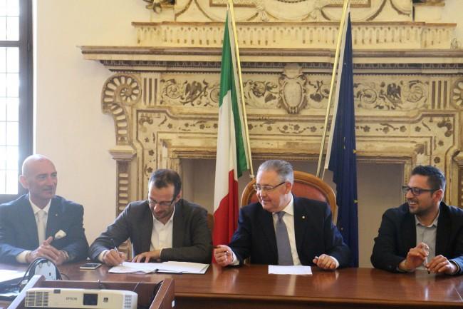 LA FIRMA di Ricci con il prefetto Luigi Pizzi e il presidente della Provincia Tagliolini