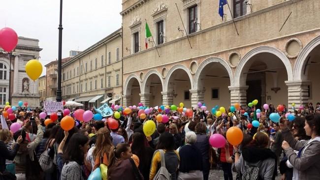 Palloncini colorati in piazza del Popolo contro la riforma Giannini sulla scuola