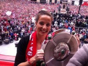 Raffaella Manieri con il Meisterschale della vittoria della Bundesliga