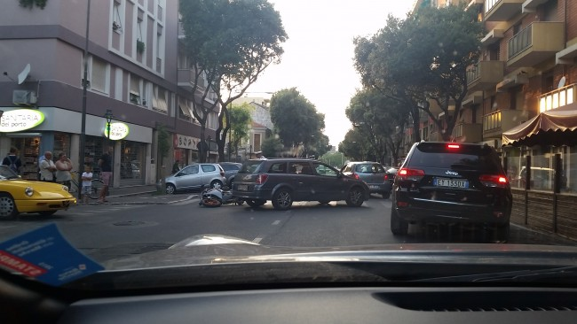 L'incidente in via Cecchi davanti al circolo del porto