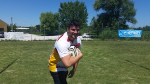 Provate a toglierla... Pozzi con la palla ovale e la maglia del Pesaro Rugby