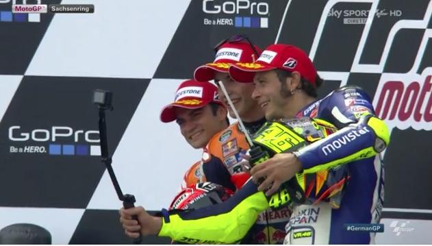 Pedrosa, Marquez e Rossi: selfie tedesco