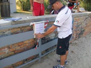 Il sequestro del cancello sulla spiaggia libera effettuato dalla Capitaneria di porto