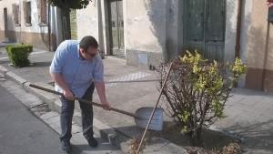 Il sindaco di San Lorenzo Dellonti pulisce il paese