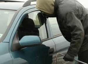 Rapinatore-ladro-auto