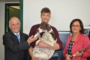 Giannalberto Luzi con un tartufaio vadese e il suo fido cane e la vicepresidente della Regione Anna Casini con il vanghetto