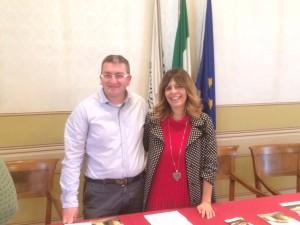 Il responsabile della Pro Loco di Mombaroccio Damiano Bartocetti con l'assessore al marketing territoriale di Urbino Maria Francesca Crespini