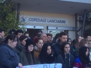 La protesta davanti all'ospedale di Sassocorvaro