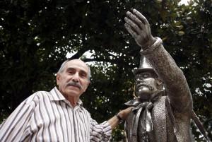 Terenzio Pedini davanti alla statua di Pasqualon