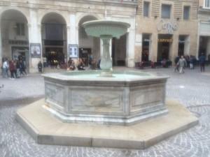 Urbino - Fontana Piazza Repubblica 2