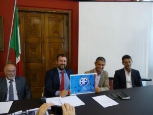 """Il presidente dell'Aip Roberto Oddo dona la tessera numero 1 (versione """"large"""") all'assessore Antonello Delle Noci"""