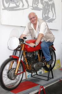 Il pilota Vittorio Zito con la Ducati 98 Motogiro
