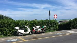 Scooter e moto parcheggiati in Baia