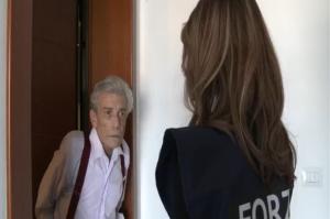 Truffe anziani (screenshot dallo spot della polizia)