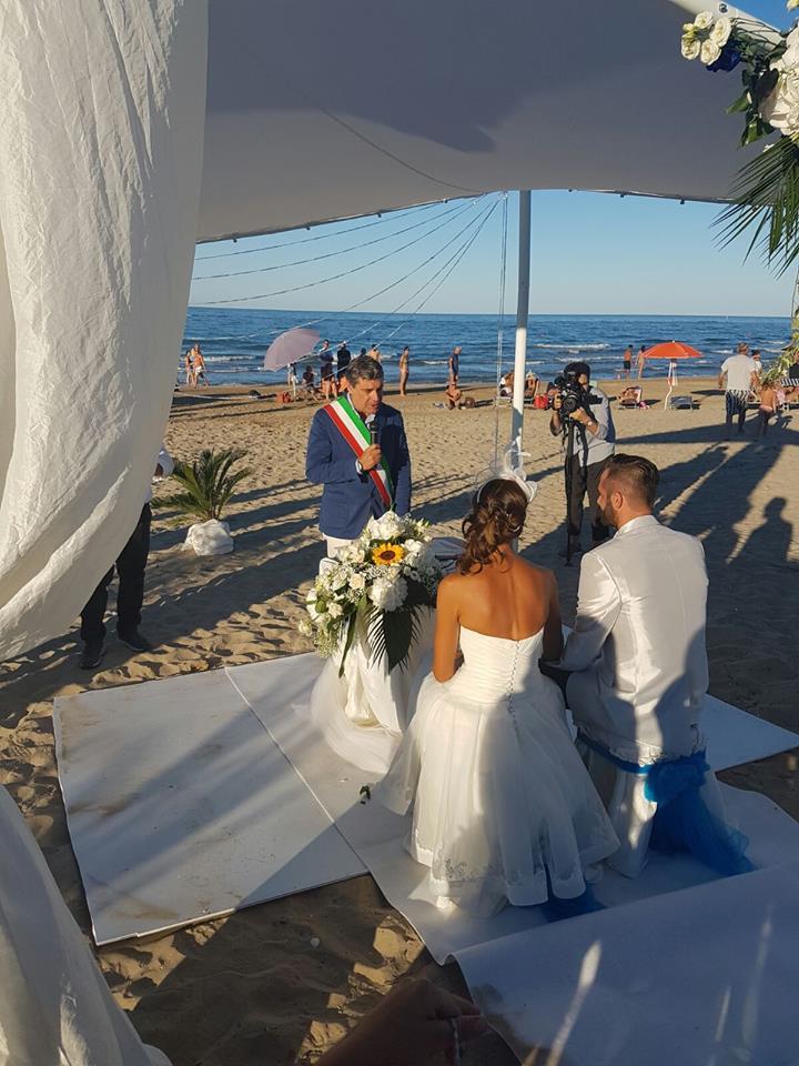 Matrimonio Spiaggia Pesaro : Pu per sara e giovanni fiori d arancio sulla sabbia