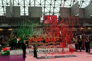 Il Volley 2002 Forlì festeggia la conquista della Coppa Italia a Ravenna (Foto Luca Marro, dalla pagina Facebook della società romagnola)