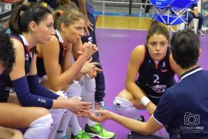 Matteo Bertini parla alle ragazze durante un time-out (Foto Eleonora Ioele)