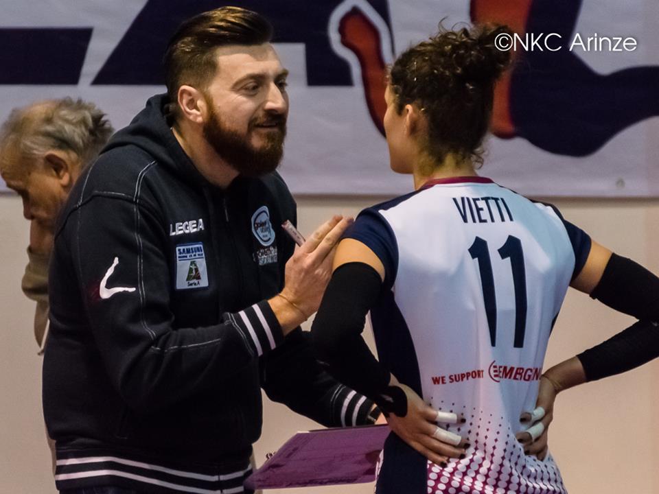 Coach Giangrossi parla con Vietti, che ha sostituito Caracuta, andata via da Palmi (Foto Nneka Karene Cinzia Arinze, dalla pagina Facebook della Golem