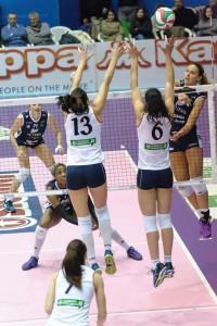 Serena deve alzare l'attacco contro il muro a 2 Tonello-Kiosi (immagini dell'andata dalla pagina Facebook di Chieri)
