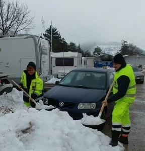 Membri della protezione civile comunale nelle zone colpite da sisma e neve