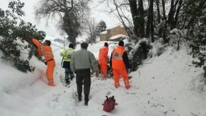 I soccorritori liberano le strade e raggiungono le abitazioni isolate di Gualdo di Macerata
