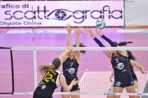 Sfida di Coppa Italia- Grigolo attacca contro il muro di Di Iulio e Olivotto (dalla pagina Facebook della Sab Grima Legnano)