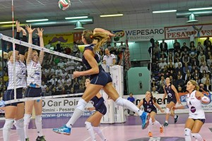 Un'immagine della gara di campionato: Santini attacca contro il muro di Vanzurova e Mazzaro