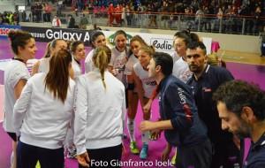 Matteo Bertini parla alle ragazze durante la finale di Coppa Italia