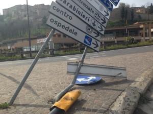 Il cartello abbattuto (foto Il Ducato)