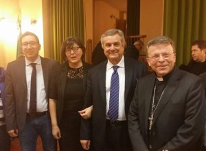 Il sindaco di Fratterosa Alessandro Avaltroni, Giovanna Baldelli, Renato Claudio Minardi e il vescovo Armando Trasarti