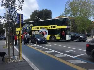 Bus dei piccoli cestisti bloccato da auto in sosta