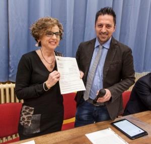 Tagliolini consegna a Anna Gennari il certificato adeguamento sismico