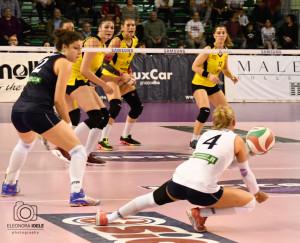 Alessia Ghilardi in azione osservata dalla compagna Alice Degradi e da tre avversarie (Foto Eleonora Ioele)