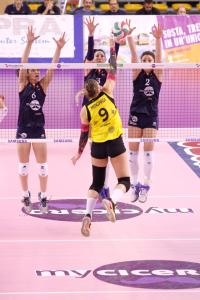 La bravissima Camilla Mingardi deve farei conti con sei mani pesaresi: Kosi, Olivotto e Degradi (Foto LVF)