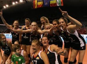 Lise Van Hecke a braccia spalancate sembra dire: Pesaro, arrivo. In basso a destra Freya Aelbrecht (pagina Facebook Van Hecke)
